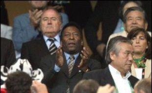 """Le """"Roi"""" Pelé a déclaré lundi que la défaite du Brésil, samedi en quart de finale du Mondial-2006 de football face à la France (1-0), devait """"servir de leçon"""" pour les prochaines coupes."""