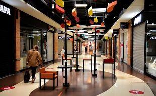 Des boutiques fermées dans un centre commercial, à Salaise sur Sanne, le 2 avril 2021.