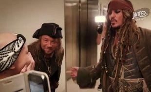 Capture d'écran d'une vidéo de Juiced TV montrant la rencontre de Jack Sparrow (Johnny Depp) et Scrum (Stephen Graham) avec des enfants malades à l'hôpital pour enfants Lady Cilento de Brisbane, le 8 juillet 2015.