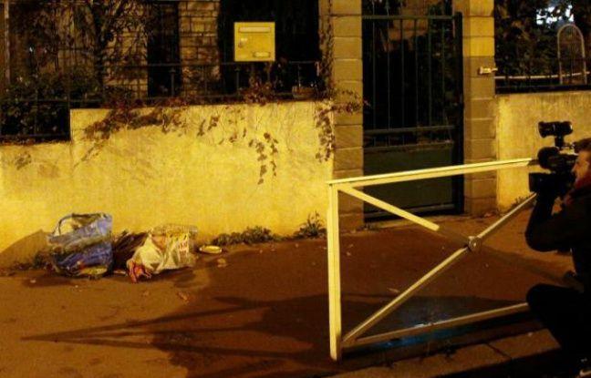 Une équipe de télévision filme un sac d'ordures laissé devant une maison à Montrouge après la découverte d'une ceinture d'explosifs dans une poubelle proche