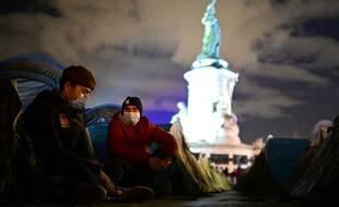 Deux hommes installés place de la République, avant l'évacuation violente par la police, le 24 novembre 2020.