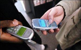 Le penchant des Britanniques pour l'espionnage n'épargne pas leurs partenaires, 53% d'entre eux reconnaissant lire en cachette les SMS de l'être aimé pour s'assurer de sa fidélité