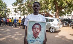 Un portrait de Norbert Zongo montré lors d'une manifestation à l'occasion des 20 ans de l'assassinat du journaliste, à Ouagadougou, au Burkina , le 13 décembre 2018.
