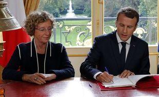 Le président Emmanuel Macron et la ministre du Travail Muriel Pénicaud signant les ordonnances réformant le Code du travail.