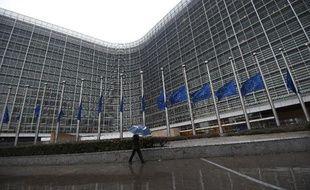 Les drapeaux européens devant le Parlement à Bruxelles ont été mis en berne le 8 janvier 2015