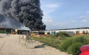 Un impressionnant incendie ravage un entrepôt de pneus