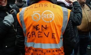 Un agent de la RATP en grève au dépôt de bus de Vitry-sur-Seine, le 13 janvier 2020.
