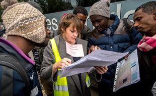 Le 29 octobre 2015 à Calais, lors du départ de 300 migrants, répartis dans divers centres d'accueil de France, dont un centre de transit de Villeurbanne.  AFP PHOTO / PHILIPPE HUGUEN
