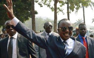 Le président centrafricain par intérim Alexandre-Ferdinand Nguendet salue les militaires au camp de gendarmerie de Bangui, le 13 janvier 2014