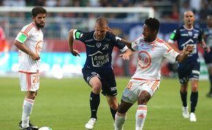 Stéphane Darbion (en bleu) a marqué lors de Troyes-Lorient en barrage aller L1-L2, le 25 mai 2017.