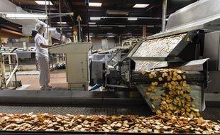 Une ligne de production de biscuits apéritifs dans l'usine LU de la Haye-Fouassière.