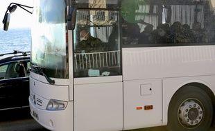 Des rapatriés français en partance pour Carry-le-Rouet où ils sont placés en quarantaine, en raison de l'épidémie de coronavirus