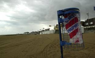 Une poubelle Vacances Propres sur la plage de Courceulles, le 11 juillet 2000.