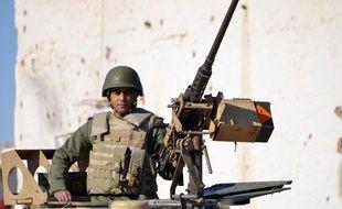 Un membre des forces spéciales tunisiennes dans la ville de Ben Guerdane, près de la frontière libyenne, le 8 mars 2016 après des attaques terroristes.