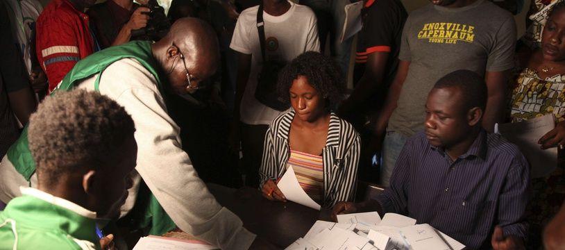 Le dépouillement dans un bureau de vote de Bamako, au Mali