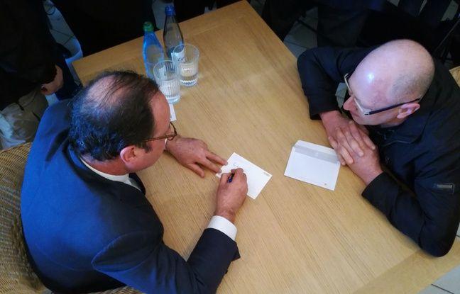 François Hollande le dit et le répète, il aime passer du temps avec ses lecteurs en allant à leur rencontre comme à la librairie Kléber à Strasbourg.