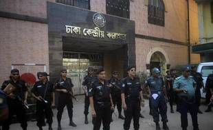 Des forces de sécurité devant une prison de Dacca, le 11 avril 2015