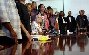 Les négociations pour sortir du blocage en Guadeloupe et en Martinique sont apparues au point mort jeudi, tandis qu'à la Réunion, un Collectif appelait à son tour à la grève générale.