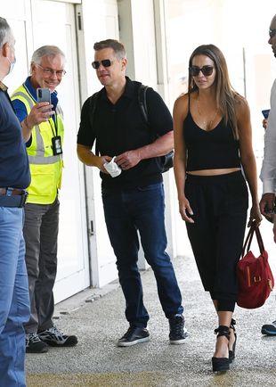Matt Damon et Luciana Barroso à l'aéroport Marco Polo pendant le Festival de Venise le 11 septembre 2021.