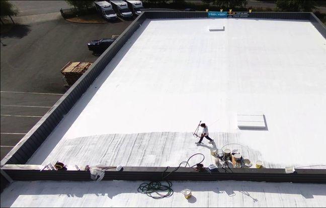 Un toit repeint avec la peinture blanche de Cool Roof.