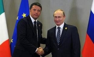 Le président russe Vladimir Poutine (D) sert la main du Premier ministre italien Matteo Renzi lors du G20 à Antalya le 16 novembre 2015