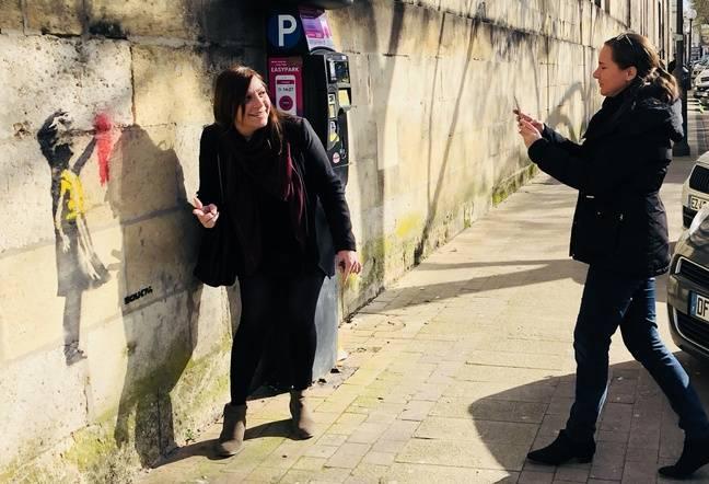 Les Bordelais viennent se prendre en photo cours d'Albret à Bordeaux.