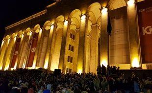 La jeunesse géorgienne manifeste devant le gouvernement pour protester contre la fermeture d'un club de la capitale.