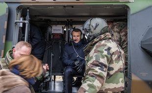 Emmanuel Macron assiste à un exercice de l'armée de Terre près de Reims, le 1er mars 2018.