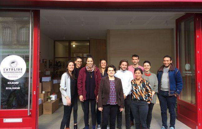 Une partie de l'équipe de l'Atelier Remuménage devant ses nouveaux locaux.