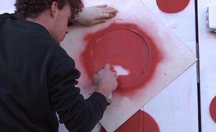 Le 25 novembre, à la Belle de la Friche de Mai à Marseille lors de la journée Prière de déranger: le public est invité à peindre des points rouges en réaction aux propos de Marion Maréchal Le Pen sur l'art contemporain.