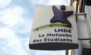 Enseigne et logo de la LMDE (La Mutuelle Des   Etudiants), rue Linne, dans     le 5eme Arrondissement  de Paris.
