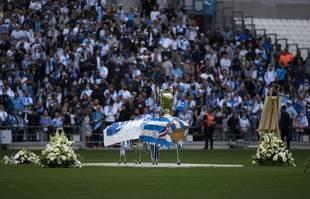 Le cercueil de Bernard Tapie est exposé lors d'une cérémonie de commémoration au stade Orange Vélodrome de Marseille, le jeudi 7 octobre 2021.