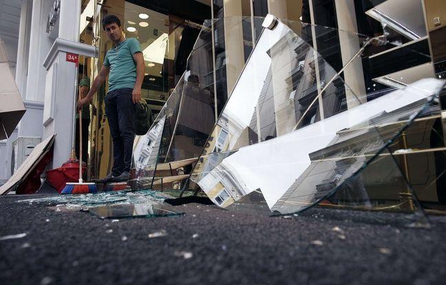 Un commerçant devant sa vitrine brisée après l'attentat d'Istanbul le 7/06/2015.