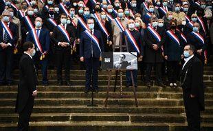 Les députés réunis devant l'Assemblée nationale, le 20 octobre 2020, en hommage à Samuel Paty, assassiné vendredi à Conflans-Sainte-Honorine.