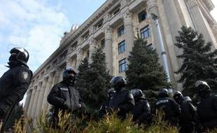 Des policiers ukrainiens montent la garde autour des locaux de l'administration locale, le 8 avril 2014