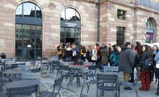 Des centaines de jeunes se sont précipités à l'ouverture du Starbucks Coffee de Strasbourg.