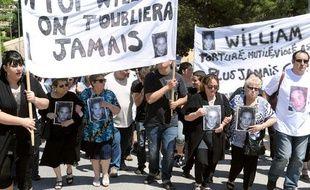 Environ 300 personnes participent à une marche blanche, le 22 mai 2010 à  Peypin (Bouches-du-Rhône) en hommage à William Modolo, assassiné près d'Aix-en-Provence en mai 2006.