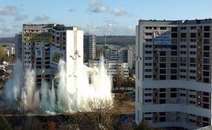 Une vidéo postée sur la page Facebook de la mairie montre les deux tours s'effondrer l'une après l'autre en moins de 15 secondes, dans un gigantesque nuage de poussière.
