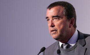 Arnaud Lagardère devient PDG du groupe Lagardère et en perd la gérance.