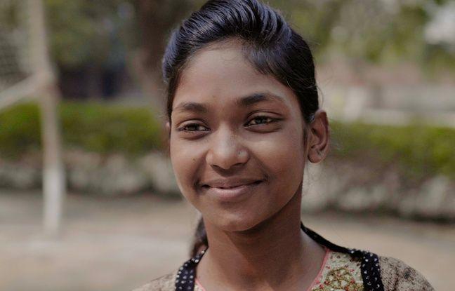 Henna, l'une des héroïnes du documentaire Demain est à nous donne la parole dans un journal aux enfants des rues de New Dehli.