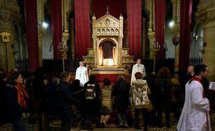 """Des fidèles devant la """"Sainte tunique du Christ"""" dans la basilique Saint-Denys d'Argenteuil, dans le Val d'Oise, le 25 mars 2016"""