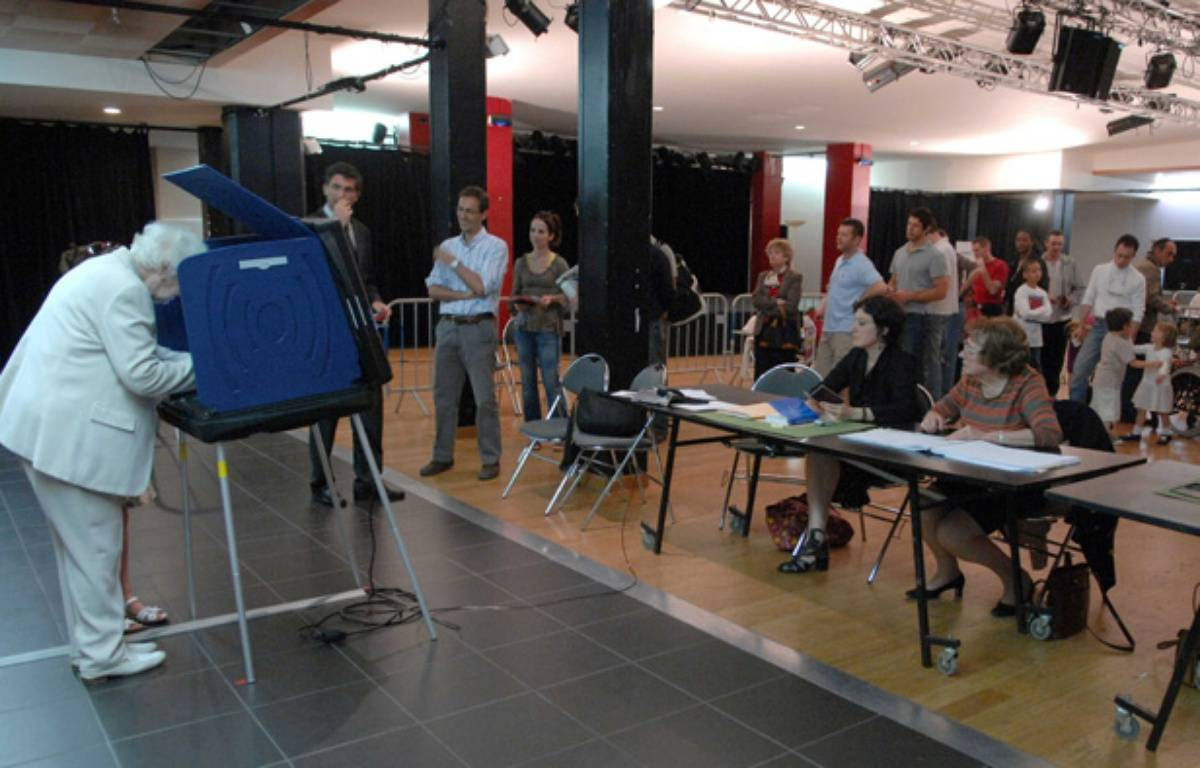 Une femme utilise une machine à voter, à Issy-les-Moulineaux, le 22 avril 2007. – DURAND FLORENCE/SIPA