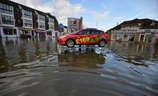 Les inondations affectant le sud-ouest de l'Angleterre se sont étendues lundi aux abords de Londres avec la crue de la Tamise, qui a touché des centaines d'habitations.