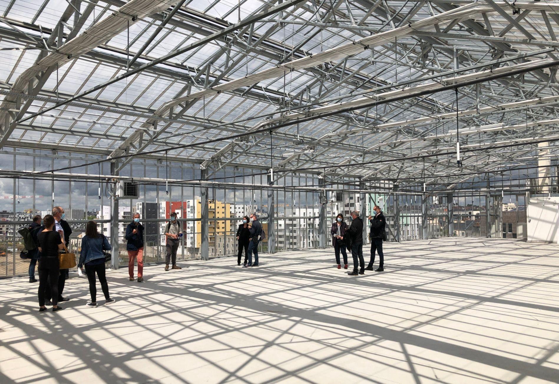 La ferme urbaine située sur le toit d'un des bâtiments sera mise en culture à la fin de l'été.