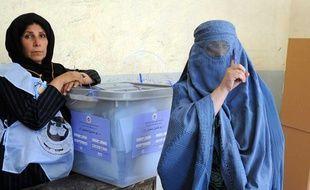 Une femme montre son doigt couvert d'encre, signe qu'elle a voté, lors des élections parlementaires, à Kaboul (Afghanistan) le 18 septembre 2010.