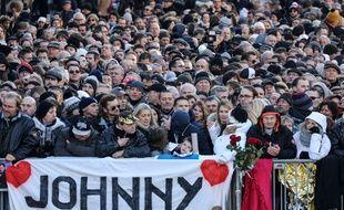 La foule, place de la Madeleine, pour rendre hommage à Johnny Hallyday, le 9 décembre 2017.