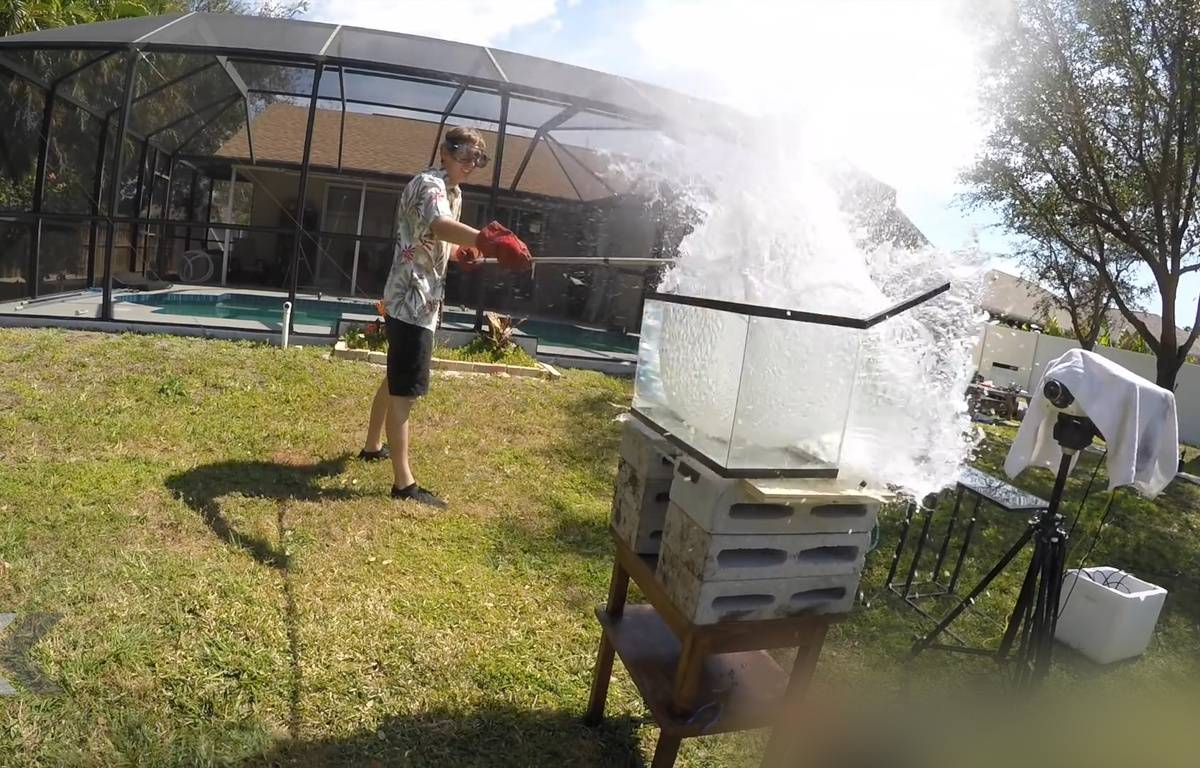 L'incroyable mélange du sel fondu et de l'eau - Le Rewind (vidéo). – TheBackyardScientist