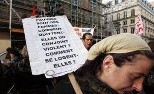 Le gouvernement va accélérer la mise en place de référents locaux et familles d'accueil dans les départements pour les femmes victimes de violences, a annoncé mardi François Fillon à l'occasion de la Journée internationale pour l'élimination de la violence à l'égard des femmes.