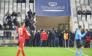 De supporters bordelais se sont introduits au bord du terrain.