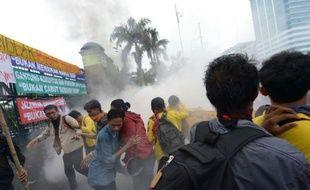 Des milliers d'Indonésiens ont manifesté lundi en Indonésie contre la hausse prévue du prix des carburants, fortement subventionnés, provoquant des échauffourées sporadiques dans quelques villes.